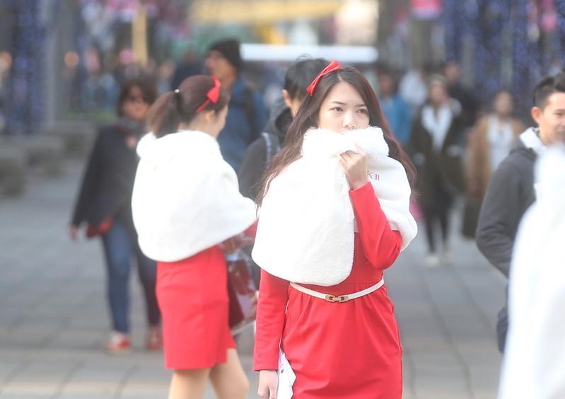 今日空氣品質差,霾害嚴重,西半部多呈現紅色、橘色,提醒民眾外出記得做好防護措施。