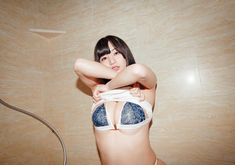 擁有32G「無重力神乳」,高橋聖子並沒有特別保養胸部,表示她的阿嬤也很大,應該是遺傳。