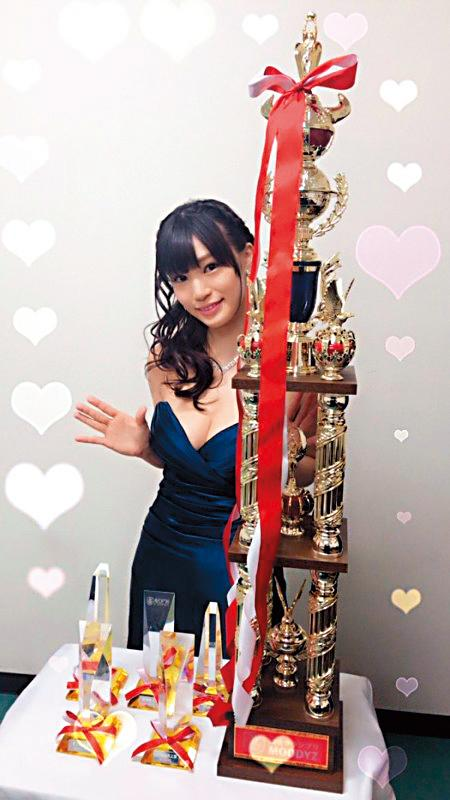 高橋聖子出道作品即在「AV OPEN」頒獎典禮拿下7項大獎,成為7冠王。(翻攝自高橋聖子twitter)