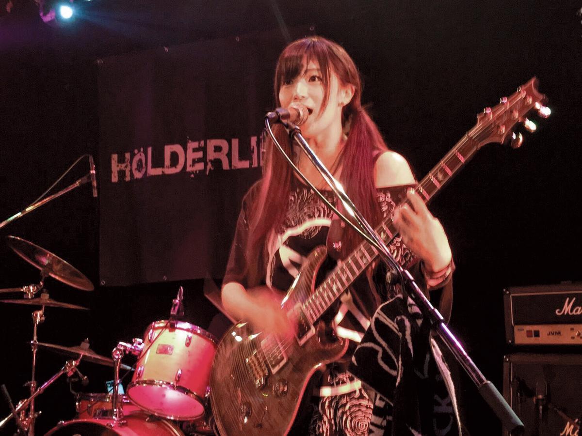 高橋聖子3月將與她擔任吉他手的「HOLDERLINS荷爾德林聖女狂詩曲」樂團來台演出。(翻攝自高橋聖子twitter)