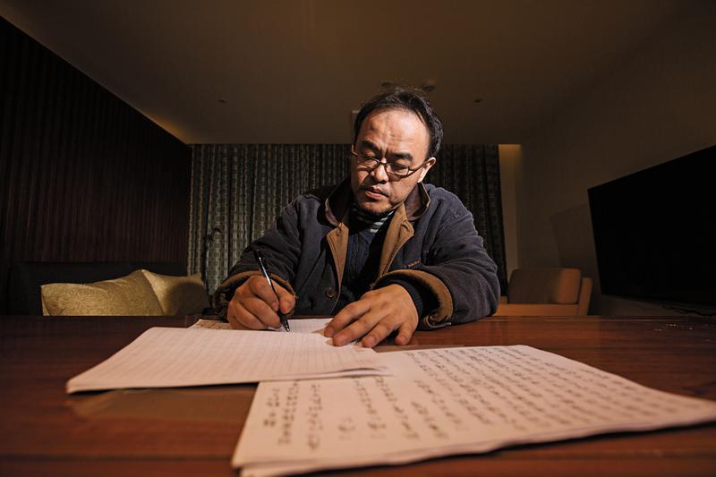 駱以軍抄寫許多經典小說,強迫自己閱讀消化,如今仍用紙筆寫作小說,再請人謄打輸入。