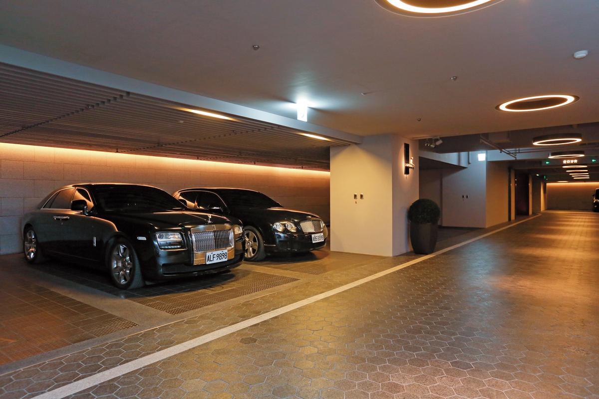 透過公設比重及坪數,能判斷附屬停車場是平面還是機械式。