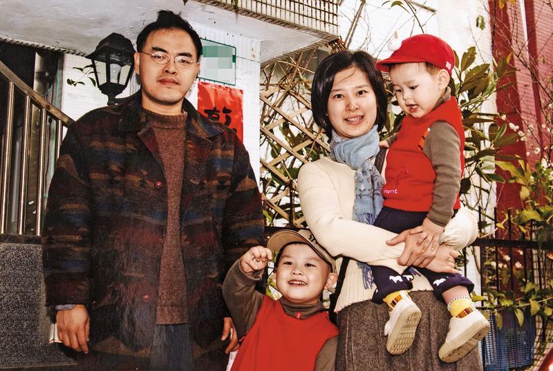 駱以軍和妻子鄭穎(右2)生了2個兒子,當時住在深坑,幫孩子穿紅衣紅帽,準備去拜年。(駱以軍提供)