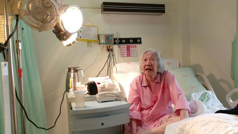 老奶奶在榮總的病房擺設,已由安養中心複製,床位、電暖燈、電視都幾乎一樣。