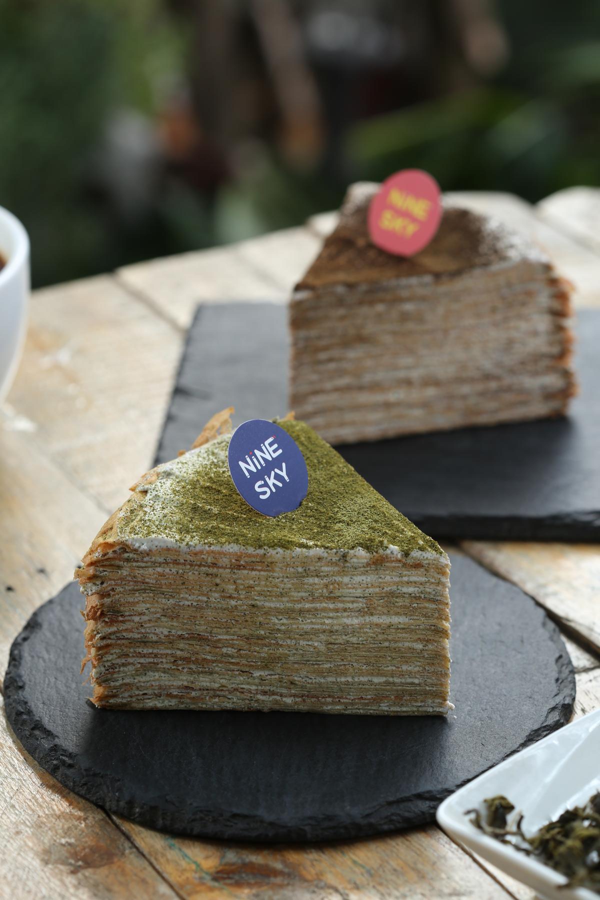 「三峽有機碧螺春千層」(前)和「三峽有機蜜香紅千層」(後)揉入在地特色茶。(130元/片)