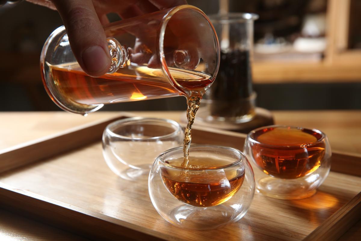 「蜜香紅茶」入喉淡雅清香,搭配甜點正好。(150元/壺)