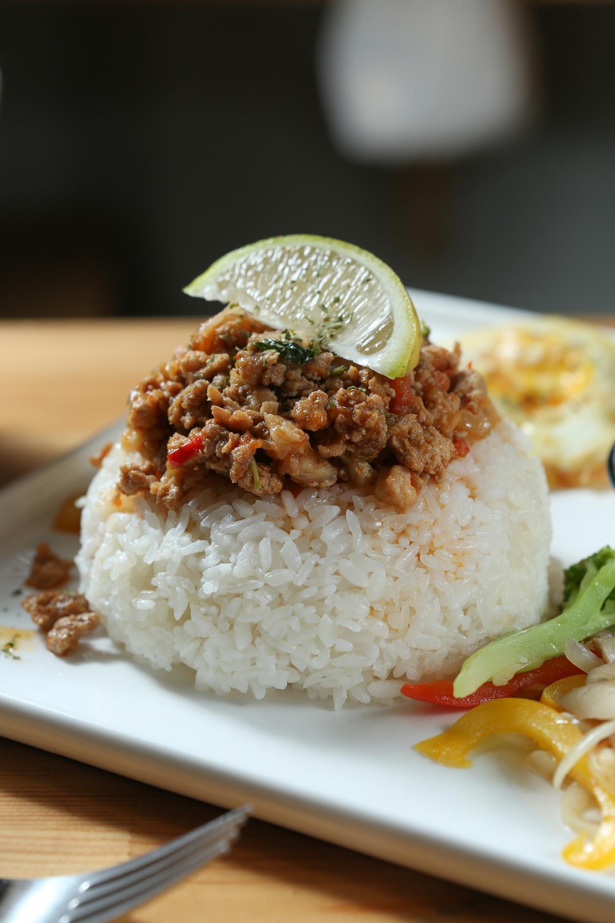 「打拋豬肉蓋飯」惹味噴香,不時搭配自家種的蔬菜。(149元/份)