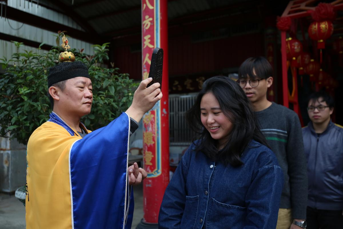 農曆春節,道士引領民眾過七星橋,祈求平安。