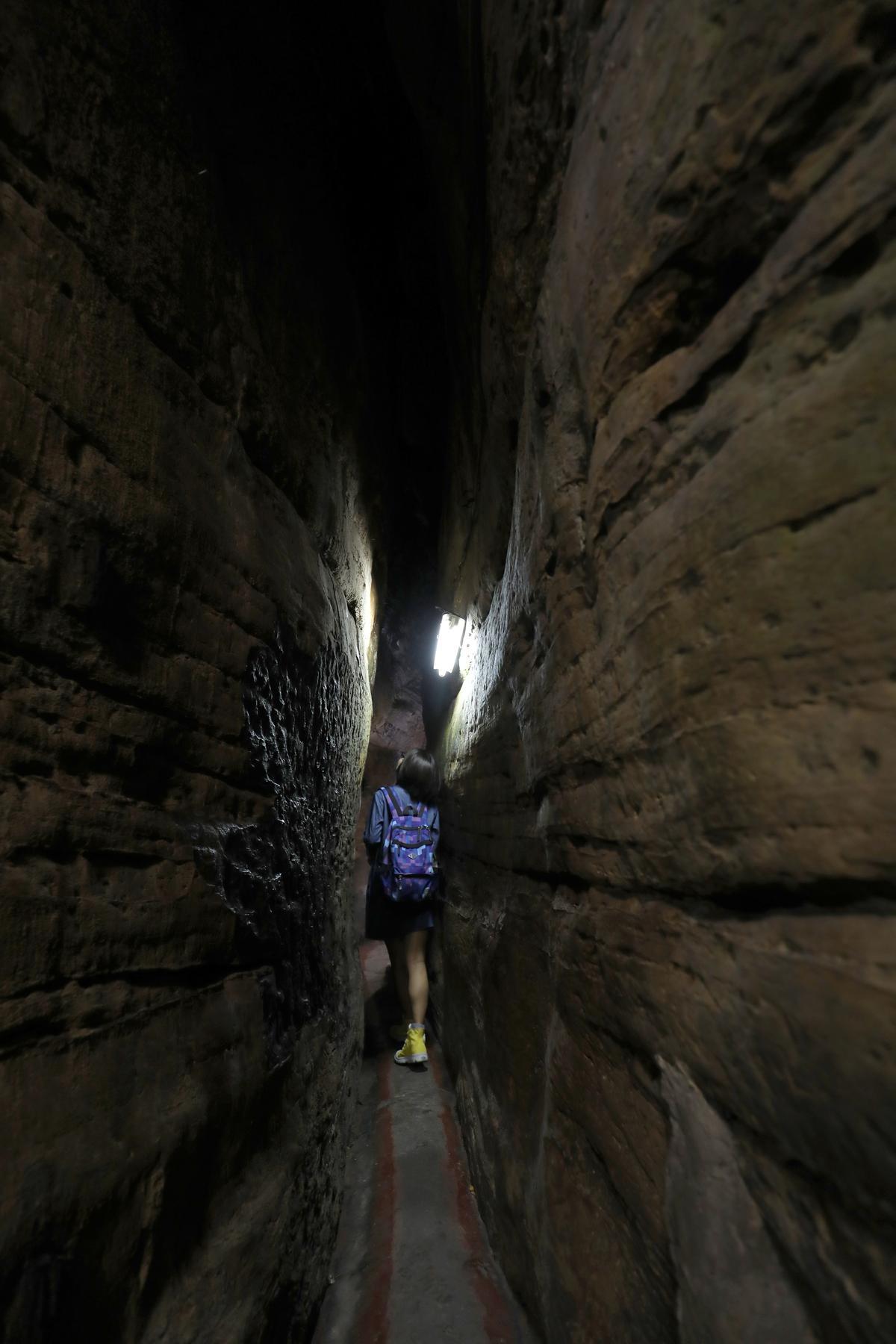 這可能是全台最窄的參拜道,隱身岩縫之中。