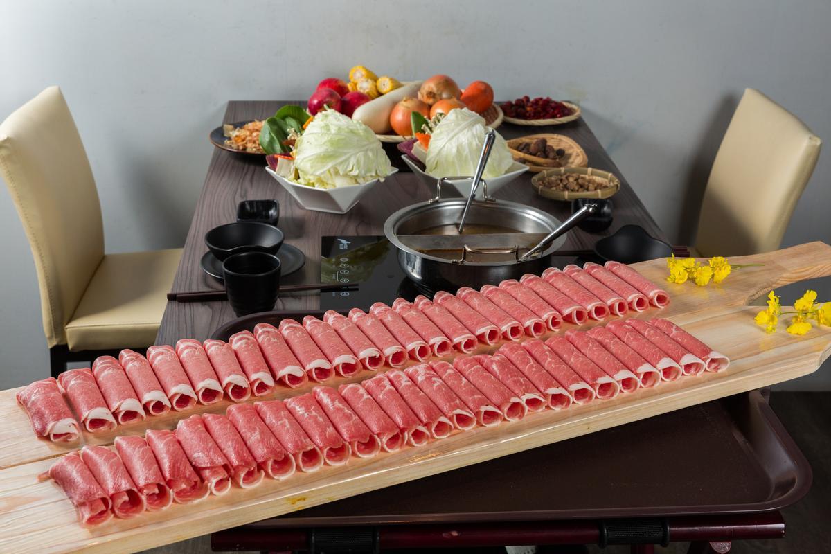 「花敦道鍋物」主打大分量的「50大板雙人套餐」,有50片、重30盎司的西班牙梅花豬。(1,499元/份)