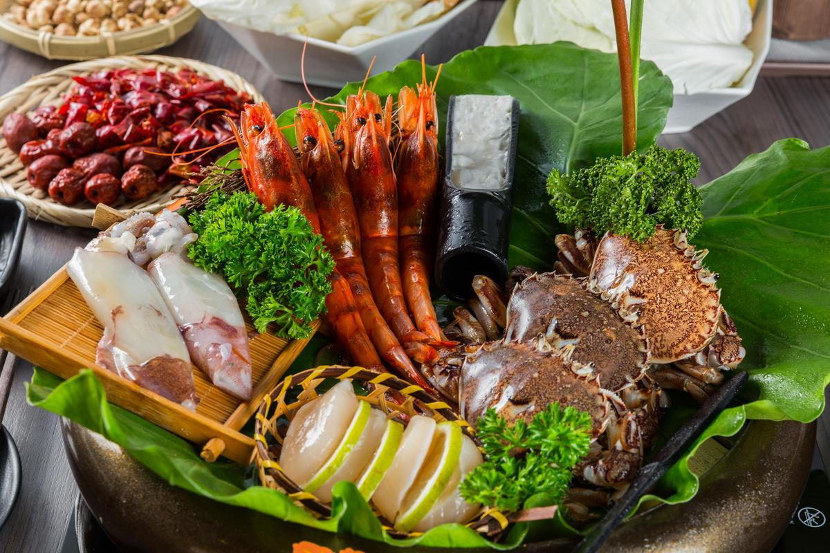 「終極限量鍋雙人套餐」能滿足海鮮控,吃得到胭脂蝦、牛角蟹、鮟鱇魚、北海道干貝、太平島小管、澎湖花枝漿。(1,680元/份)