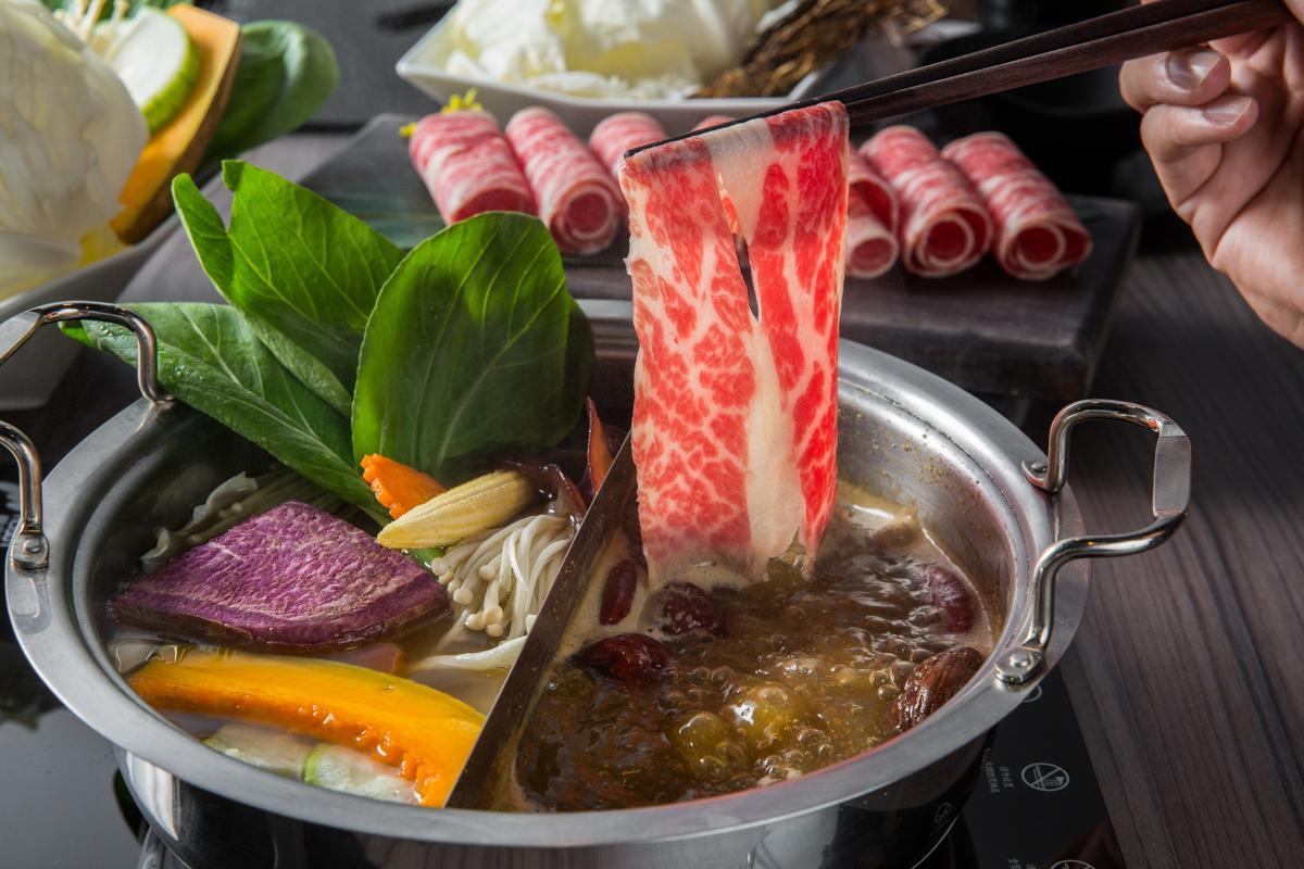 湯底有甘甜的「蔬菜柴魚湯」,和香氣濃郁、口味不會過重的「蒙古香辣湯」可選擇。