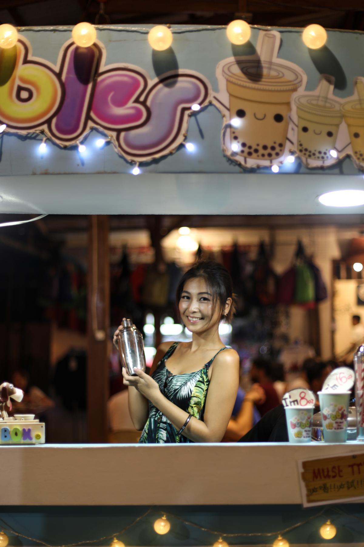 Sylvia開的珍珠奶茶小攤,就開在愛妮島鎮上。