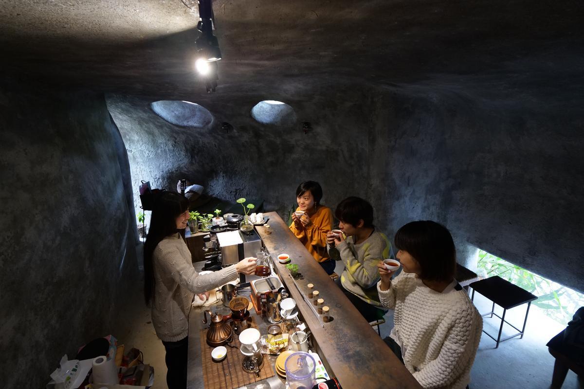 在院子裡頭選一個座位,羅月圓會端著豆腐給旅客品嘗,並講解製作過程。