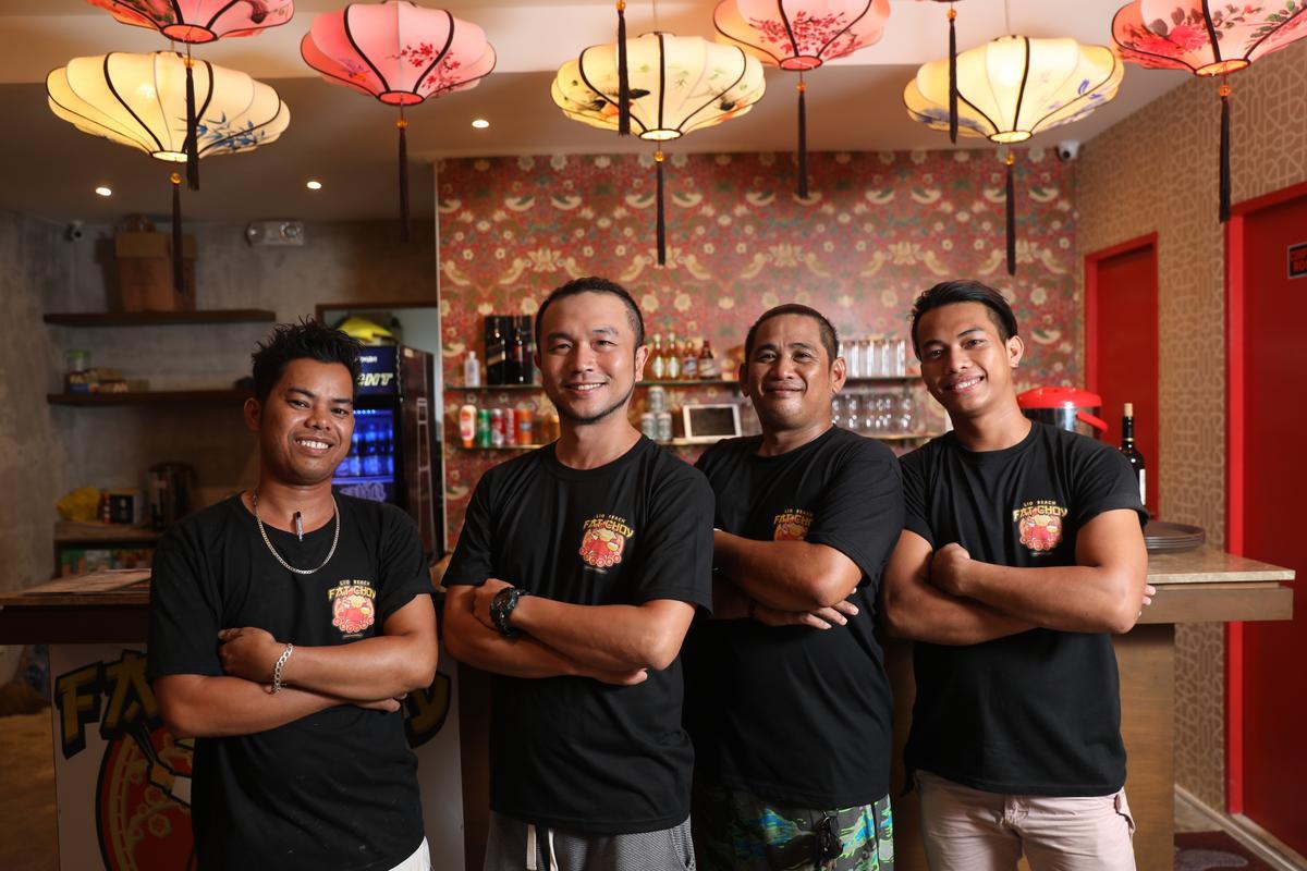 Akai(左二)與菲律賓廚師共事,更傳授料理技巧。