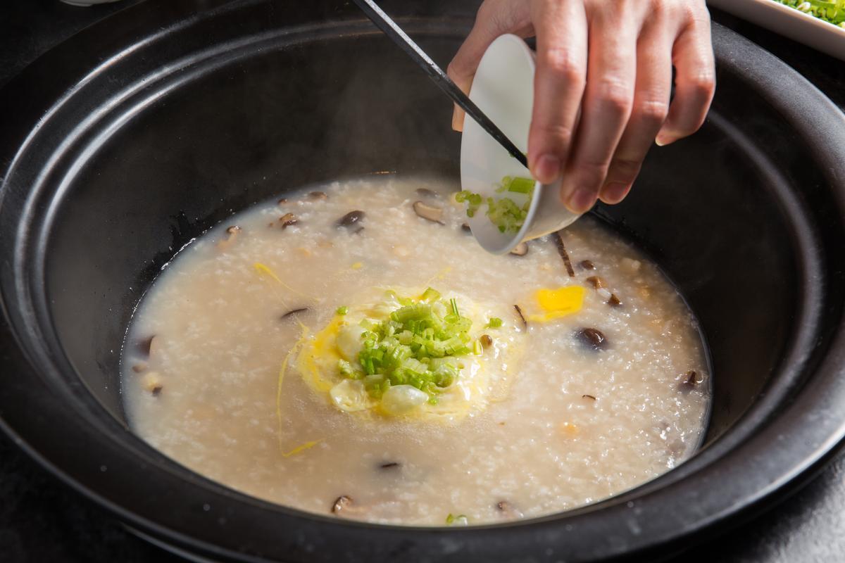 吸飽海鮮、肉片、蔬菜湯汁的干貝粥,甜鮮味豐、最是奢華。