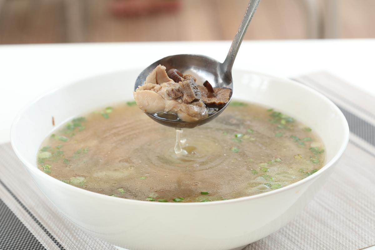 這兒也可以喝到台灣的香菇雞湯。