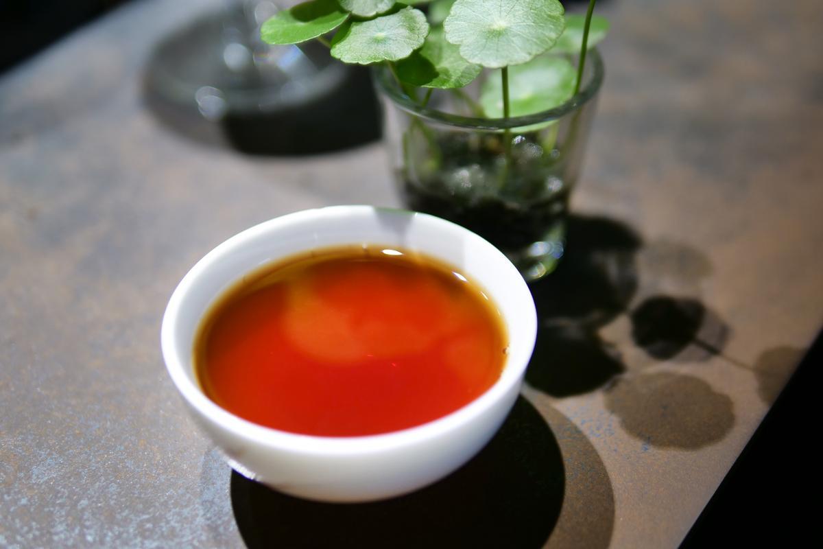 茶湯色澤的手沖咖啡,捧在手中也很溫暖。(160元起/杯)