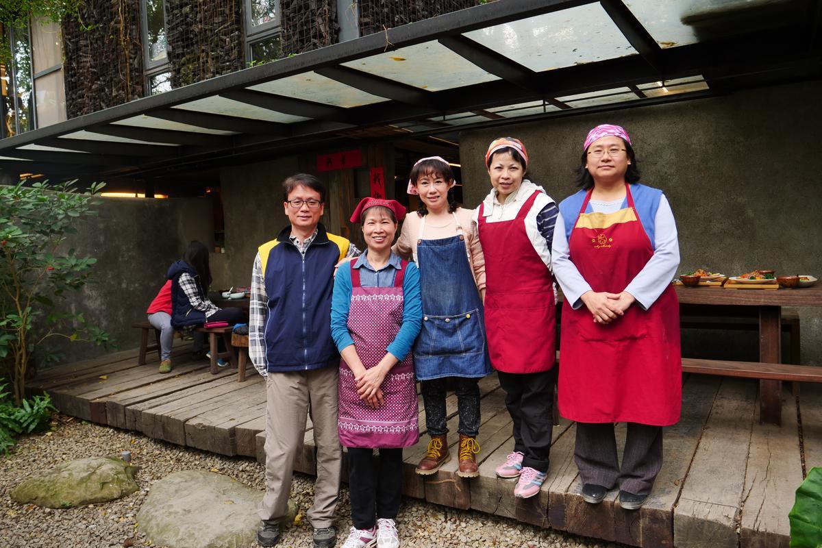陳文宏(左1)與趙淑珍(左3)夫妻2人,是社區廚房的掌舵者,帶領社區媽媽們一起打造手作蔬食。