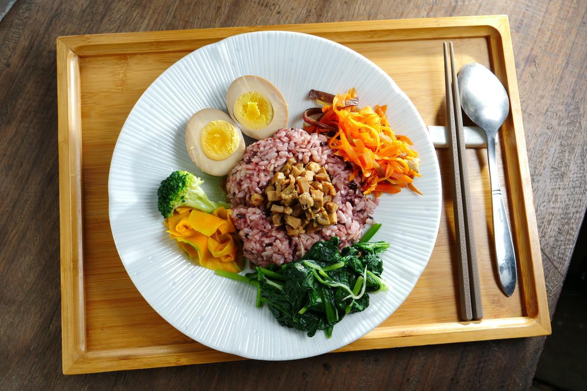 「天貝黑米飯」使用天貝、豆干、杏鮑菇等熬製出滷醬,佐飯品嘗。(180元/份)