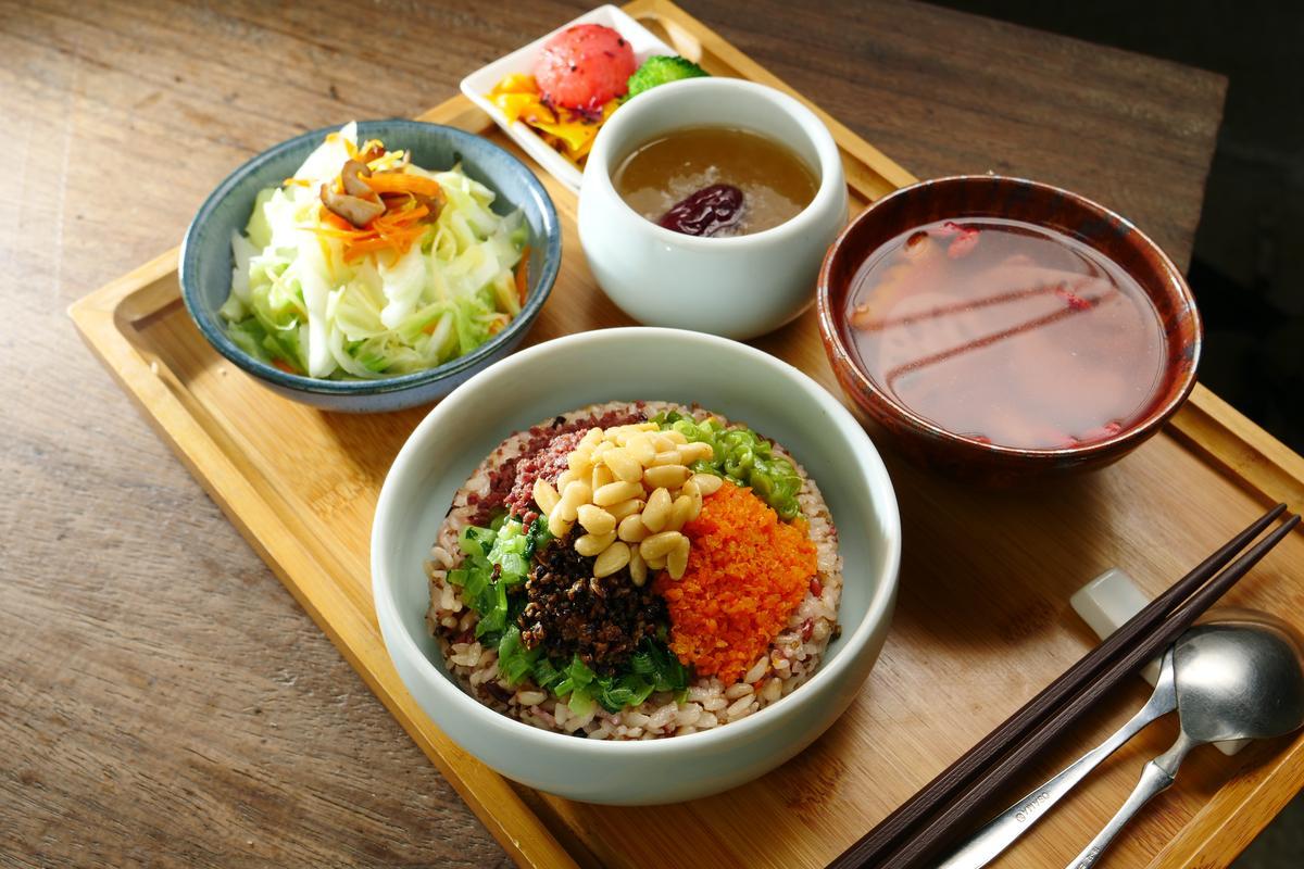多次嘗試後,趙淑珍研發出兼具好看與好吃的「五行菜飯」。(350元/份)