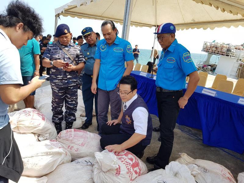 刑事局與印尼警方在巴淡島海域,查獲台灣漁船運毒。(刑事局提供)