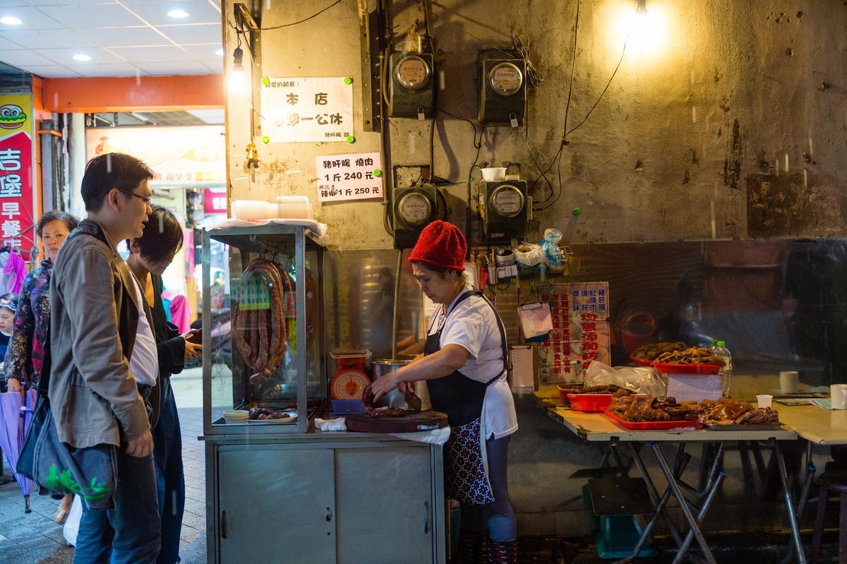 在巷口微光下的豬肝腸,老闆娘賣了50多年。