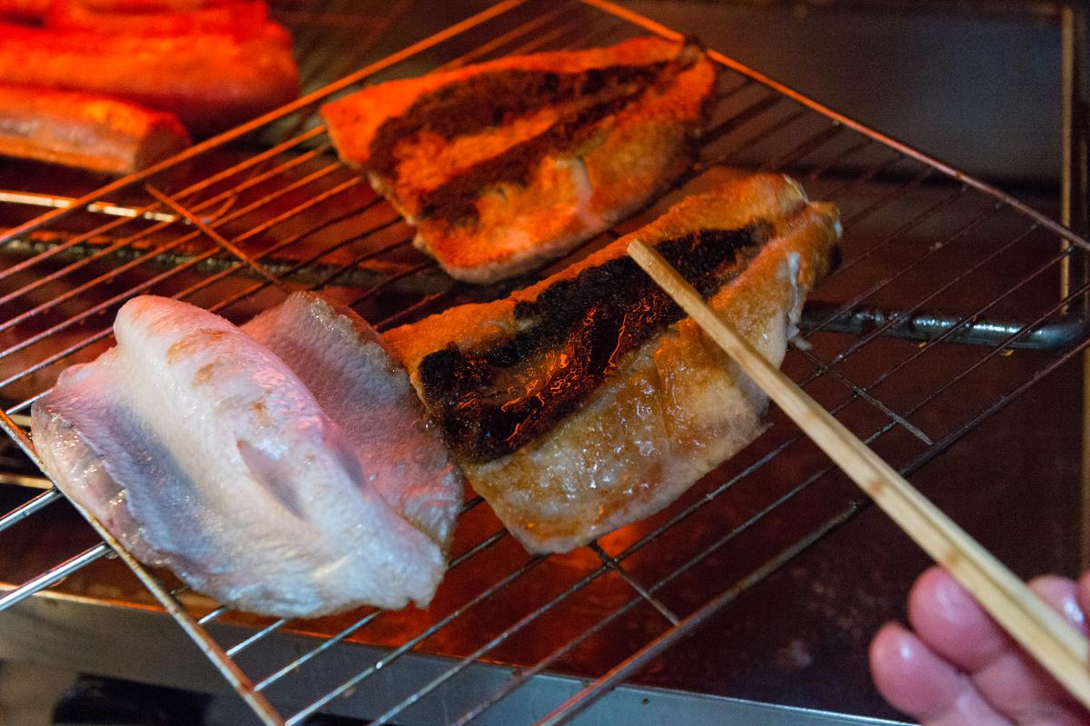 豬肝腸海鮮店也料理海鮮,烤虱目魚皮酥肉嫩。