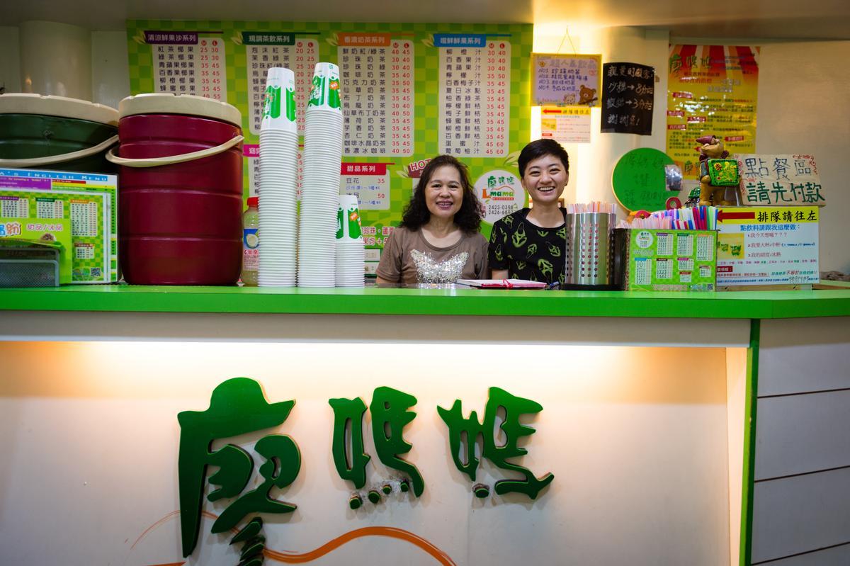 開店20多年的廖媽媽(左)就像大家的媽媽一樣親切。