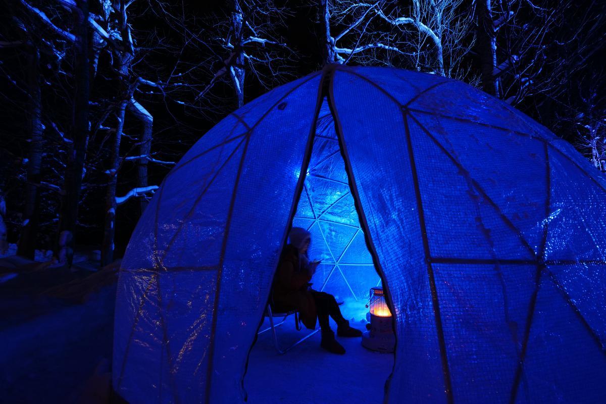 圓形如雪屋的小帳篷,遊客可在裡頭取暖。