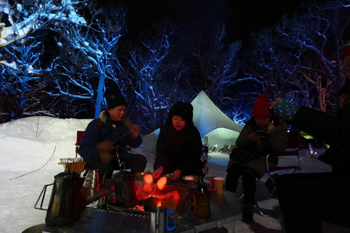 寒冷的氣溫,最適合三五好友圍在營火旁,現沖一杯熱咖啡。