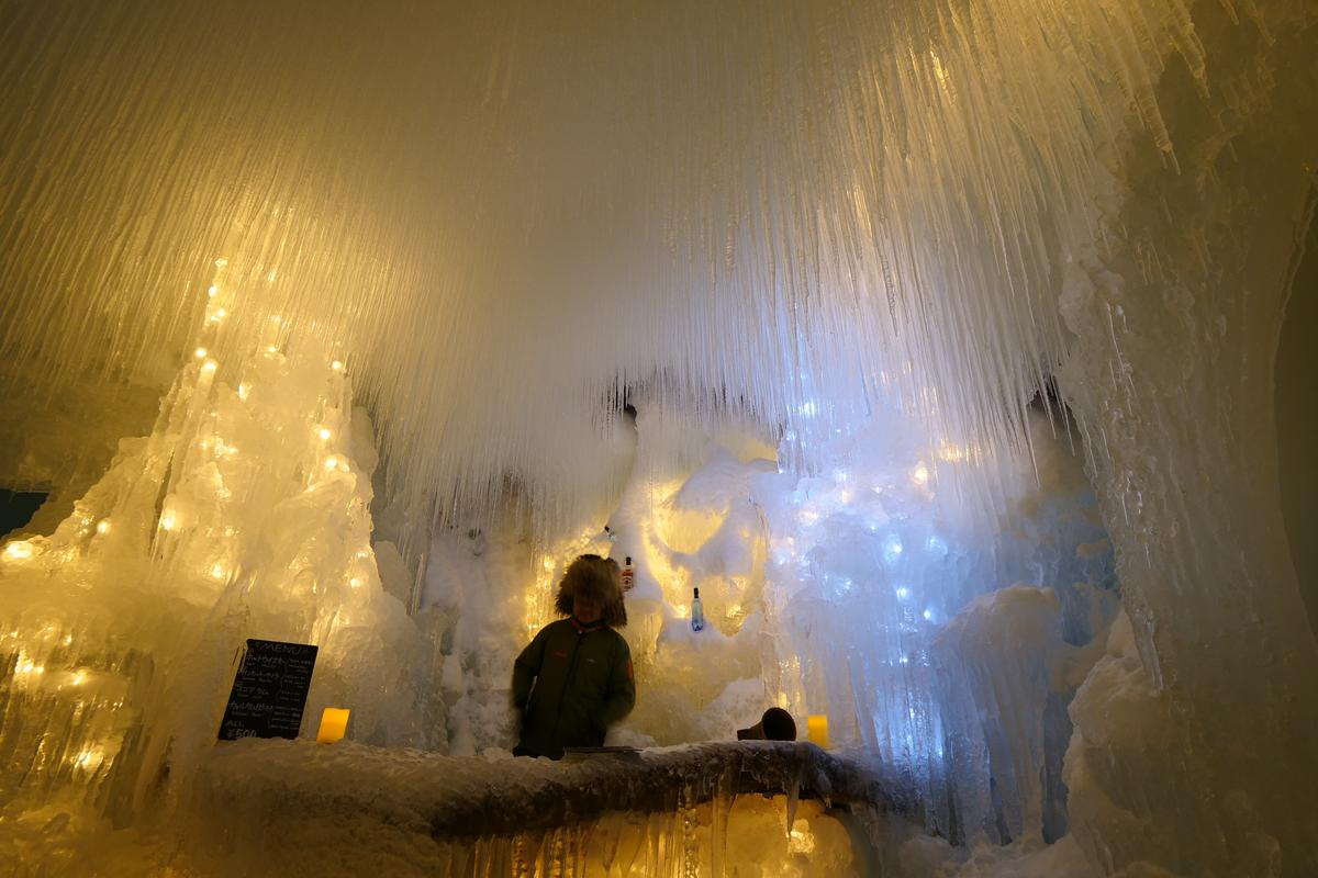 「知床流冰祭」會場內還有一間美幻的「冰酒吧」。