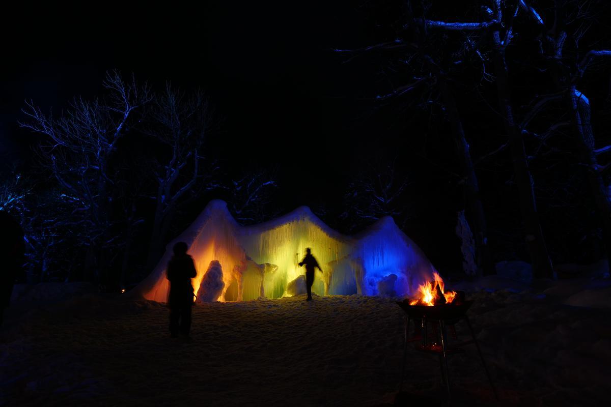 冰雪之中透出彩色燈光,十分迷幻。