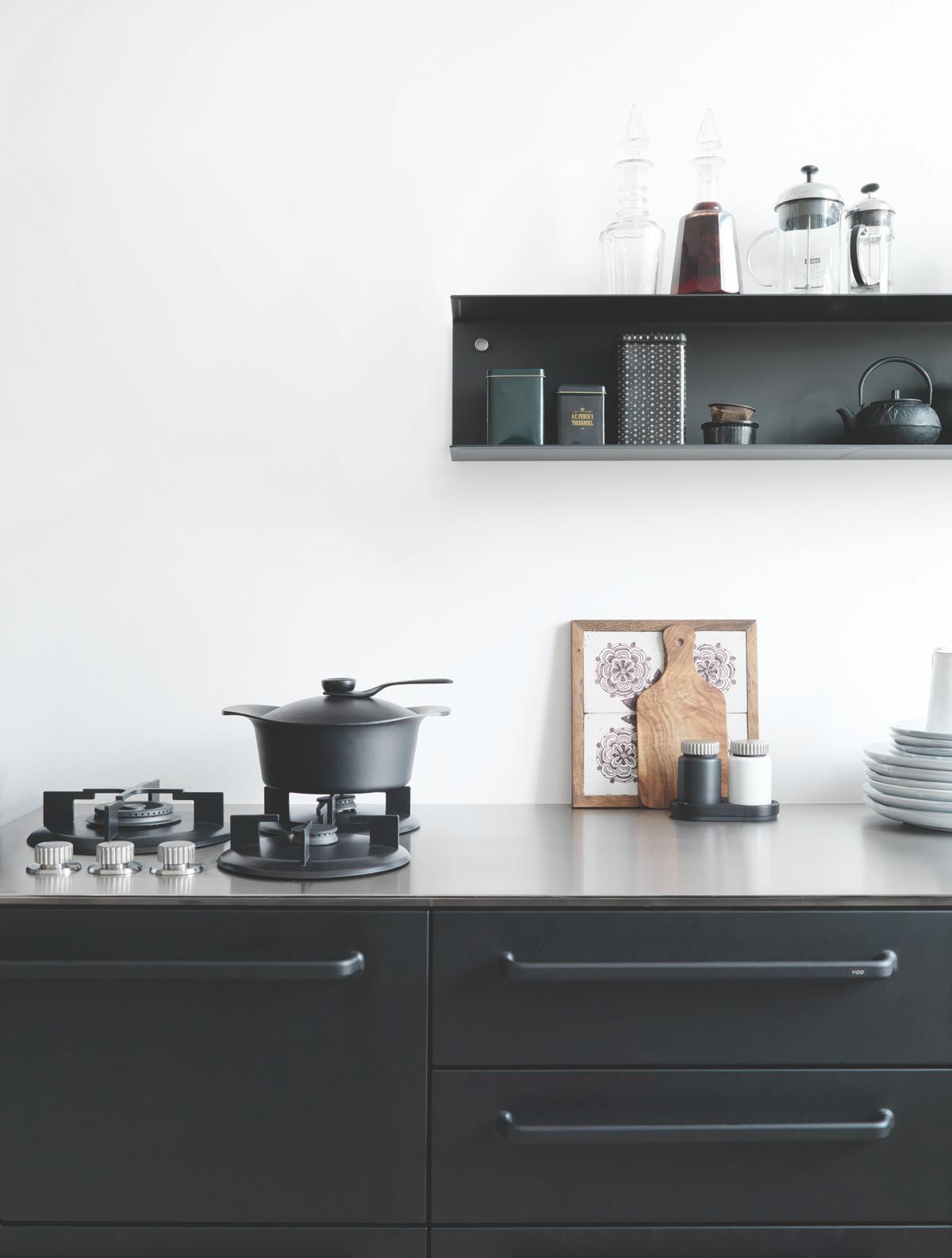 運用鋼鐵、簡潔的廚房設計,已是Vipp的象徵。(森/CASA提供)
