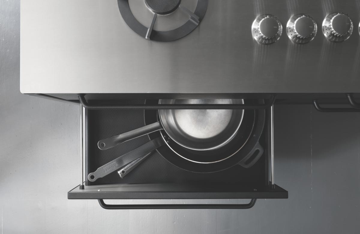 以金屬材質打造結構的耐重內層,不必擔心因放進重鍋具而變形。(森/CASA提供)