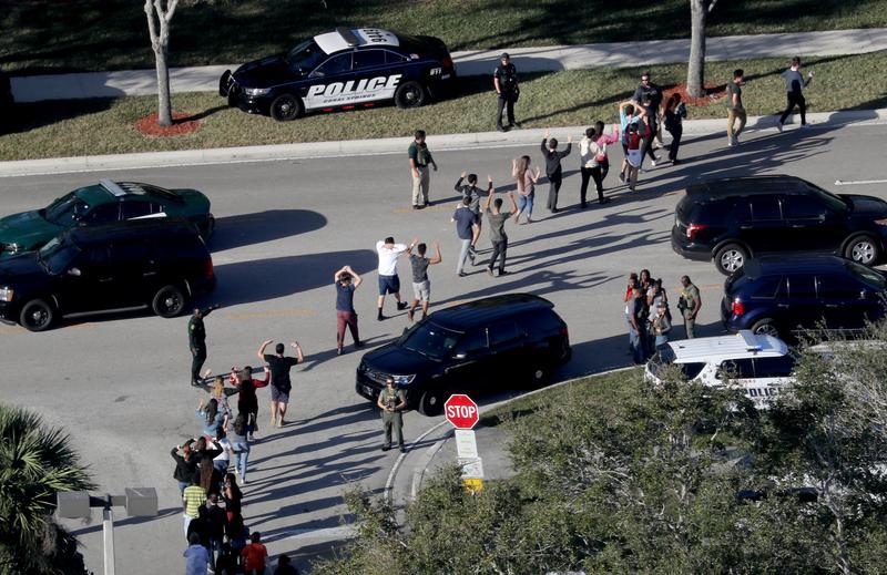 槍擊案發生後,警方到場疏散校園內驚恐的學生。(東方IC)