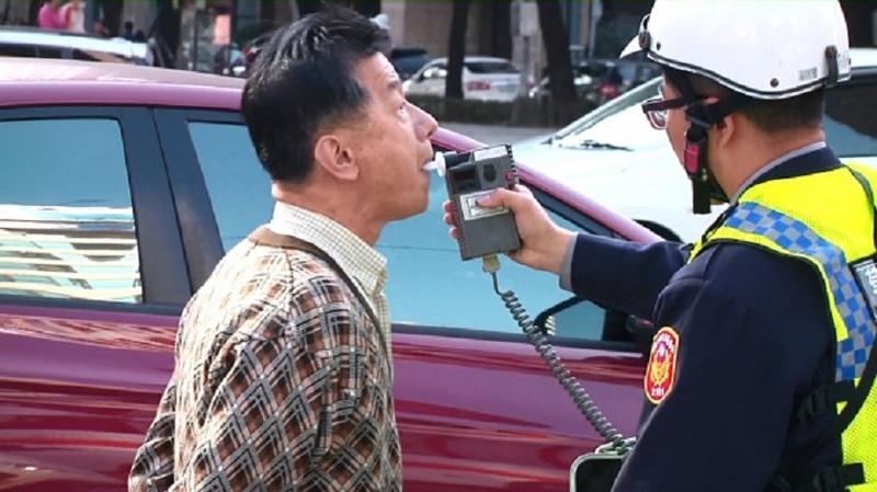 員警雖一眼認出部長,還是依法酒測。