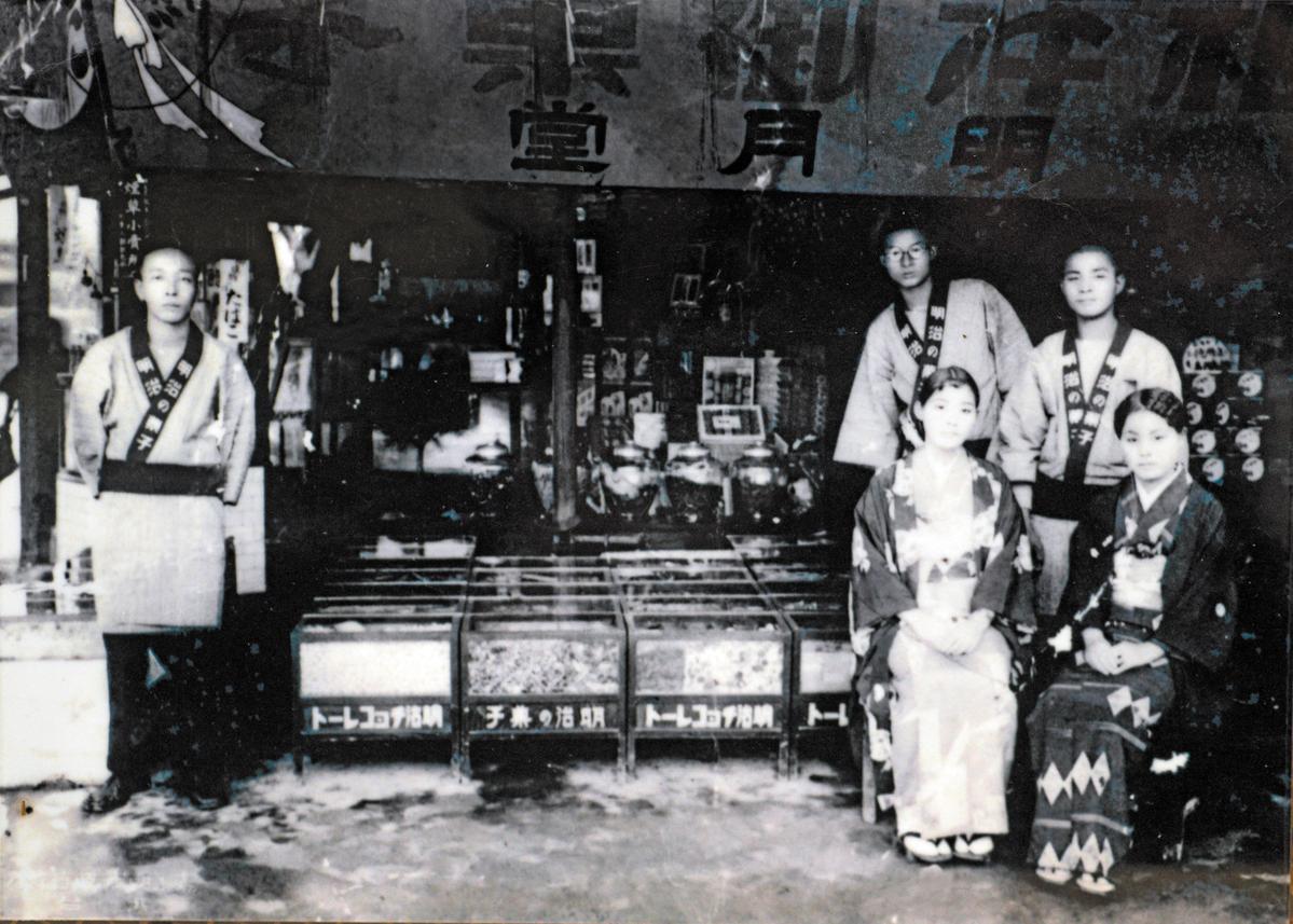 日據時代的明月堂店面,當時仍由日本人岡部氏經營。(明月堂提供)