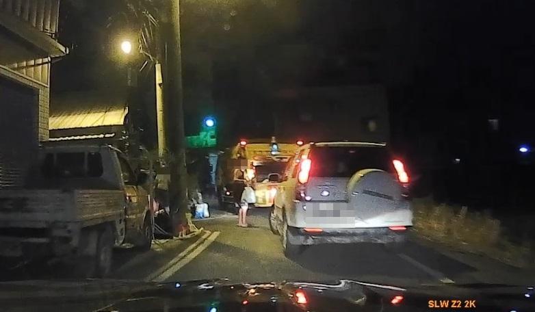 白色休旅車一路狂奔,鑽進死巷又遇上垃圾車,無路可逃被警逮捕。(國道警提供)
