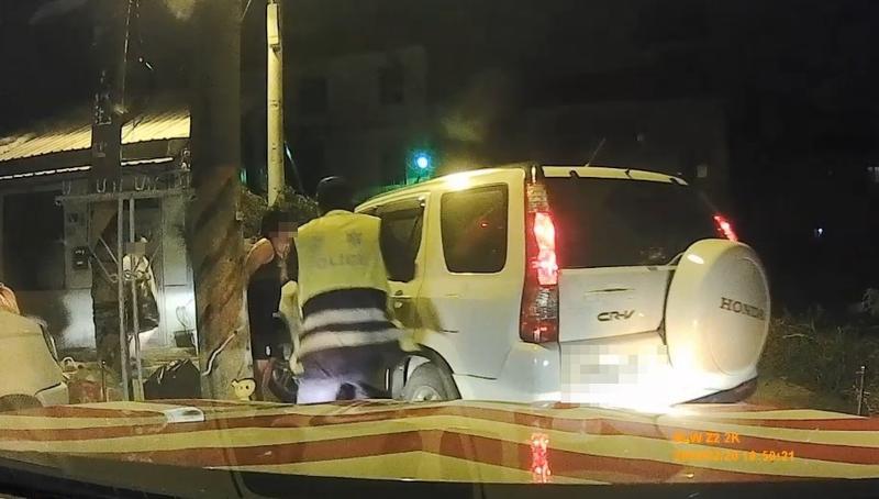 黃男因案通緝又酒駕,開著白色休旅車一路狂逃進死巷,仍被警逮個正著。(國道警提供)