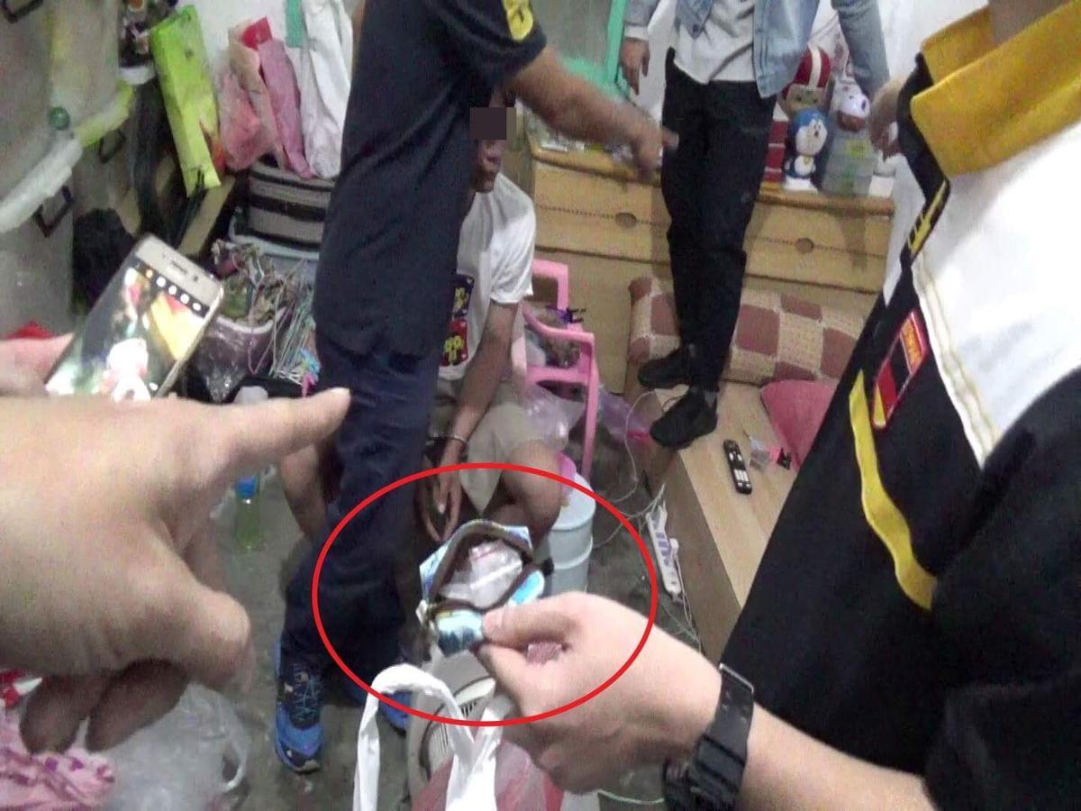 警方在住處搜出海洛英等毒品,黃嫌強辯是警方刻意栽贓。(警方提供)