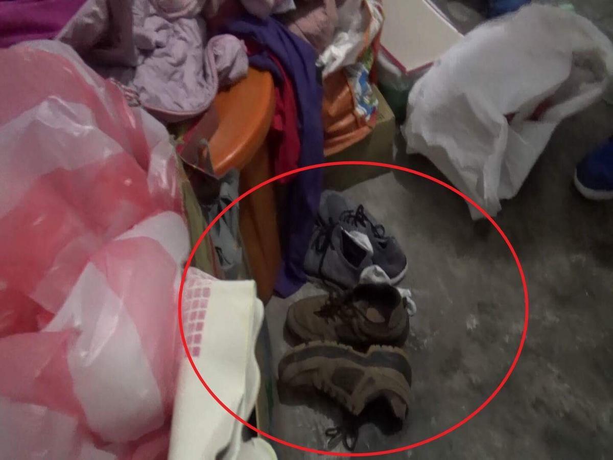 警方現場發現黃嫌犯案時所穿著的球鞋,但黃嫌還是狡辯否認犯行。(警方提供)