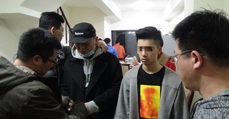 警方逮到施姓(右2)及林姓(戴帽者)2名強盜比特幣嫌犯。(警方提供)