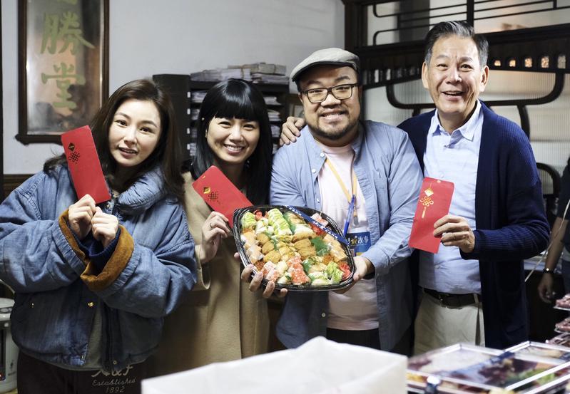 《雙城故事》劇組今(21日)開心開工,導演葉天倫(右二)、陳怡蓉(左一)、龍劭華(右一)發給工作人員開工紅包。(青睞影視)