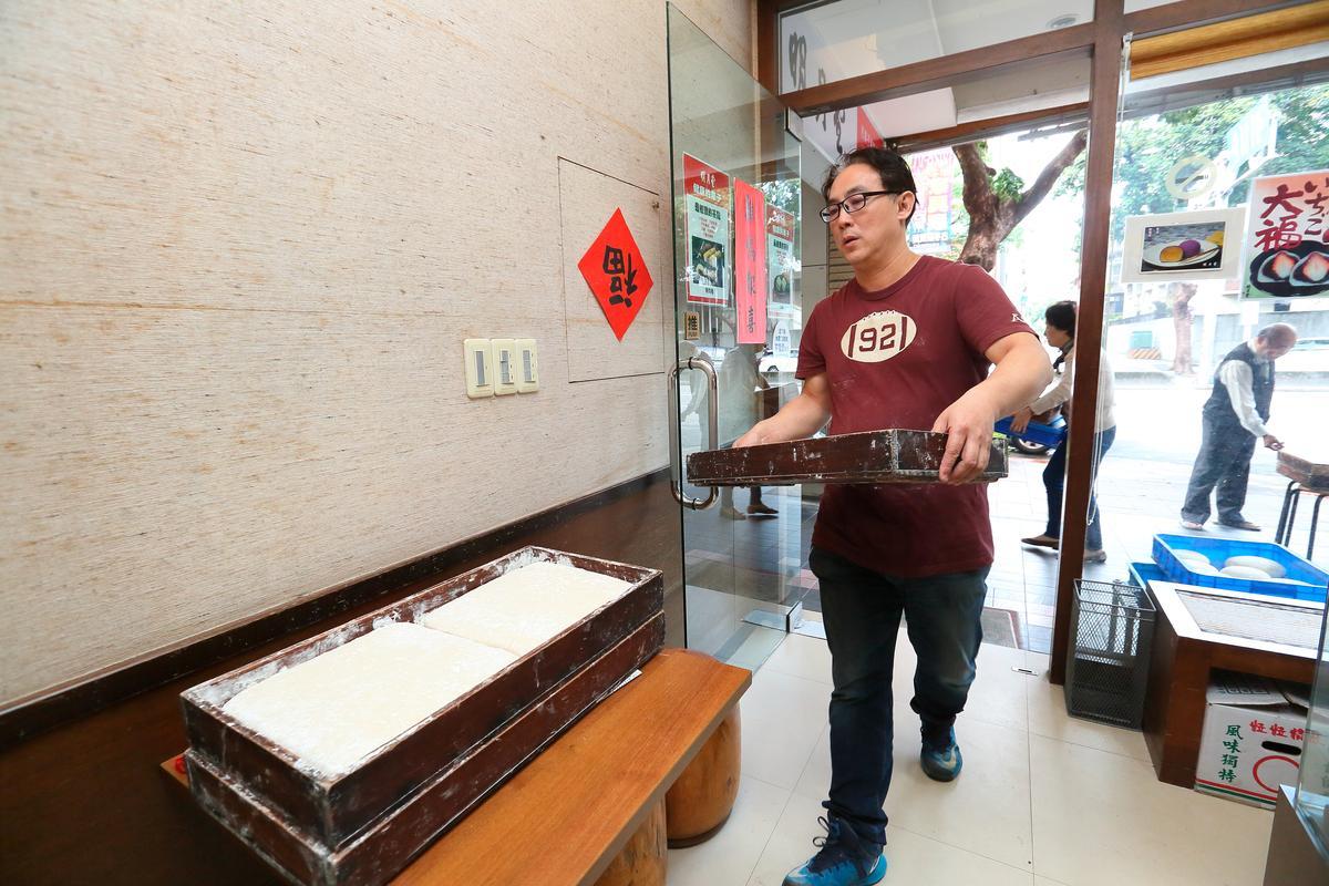 目前明月堂產品主要是由三重店製作,周恆儀幾乎每天送貨到金山南路店。