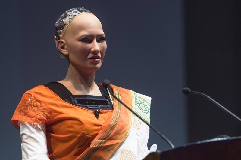 印度孟買,沙特阿拉伯AI機器人公民索菲亞首次穿著印度女性的傳統服飾紗麗,參加在印度孟買舉辦的科技大會,並在會中接受訪問。(東方IC)