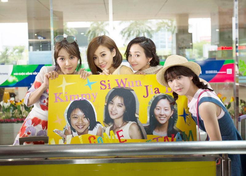 戲裡薛凱琪(左起)、陳意涵、張鈞甯少女時期的照片被製作成接機的橫幅看板,已年過35歲的她們竟與少女時期外貌沒有多大改變。(華映提供)