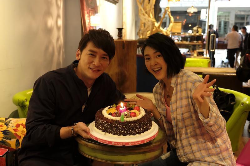 溫昇豪(左)在劇組慶生,曾珮瑜送上生日蛋糕。(青睞影視提供)