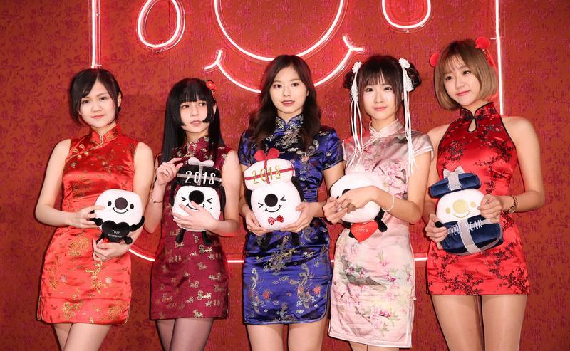 「輔大周子瑜」陳苡瑄踏入直播半年,已擁有11萬名粉絲。(左起:許瑜、千本、陳苡瑄、凱伊及阮糖。)