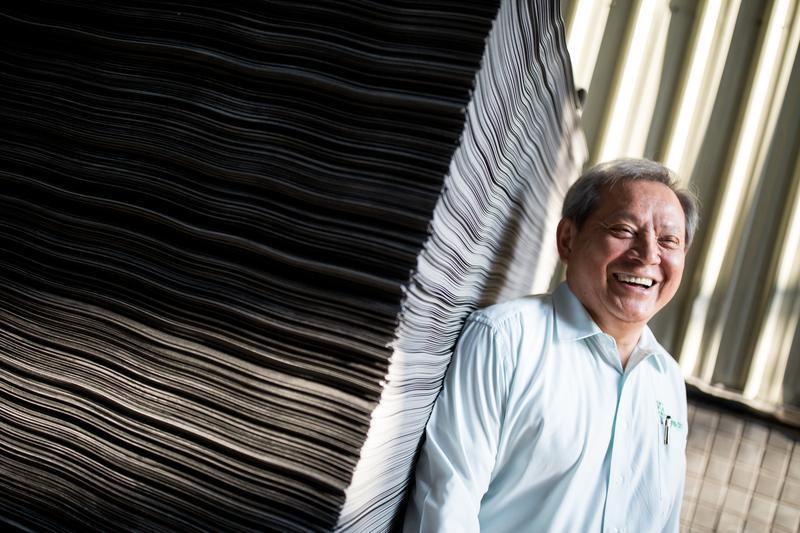 陳本源34歲當上塑膠地磚廠廠長,後來因與老闆理念不合,他決定自行創業。